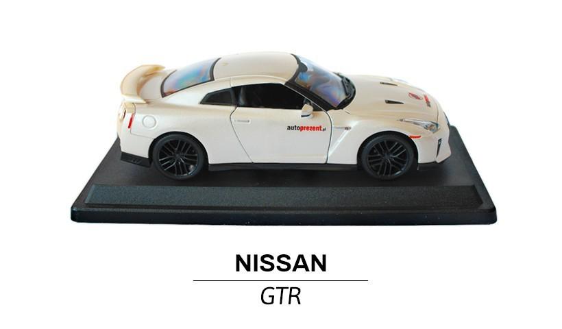 Nissan GTR modelik w skali 1:24 z boku
