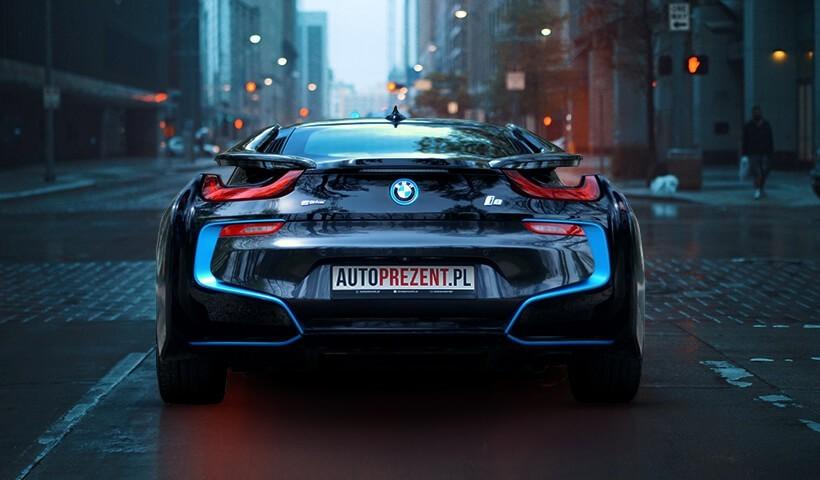 Jazda BMW i8 ulicami miast