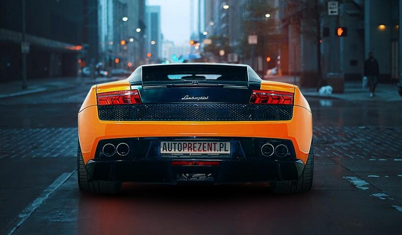 Jazda Lamborghini Gallardo ulicami miast tył