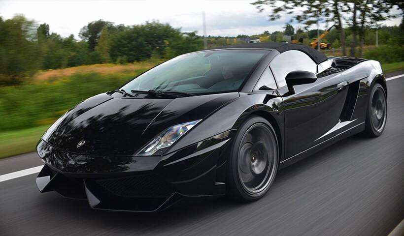 Czarne Lamborghini Gallardo - jazda ulicami