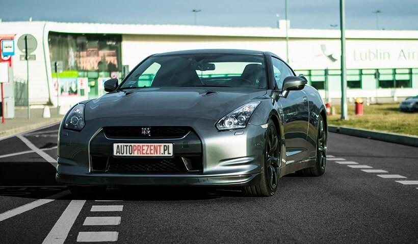 Jazda Nissanem GTR ulicami miast szare