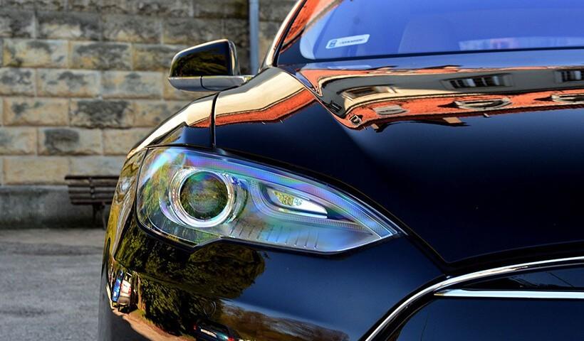 Tesla s85 - jazda ulicami miast lampy