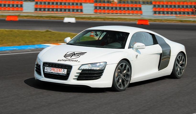 Białe Audi R8 na torze kartingowym