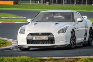 Biały Nissan GTR jazda po torze wyścigowym