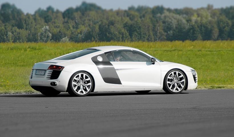 Białe Audi R8 od autoprezent bok samochodu