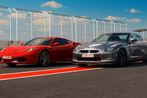 Ferrari F430 vs Nissan GTR  ujęcie z boku