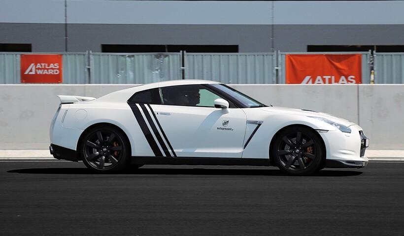 Biały Gtr na torze wyścigowym