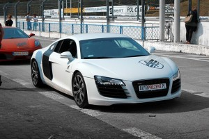 Białe Audi R8 na evencie