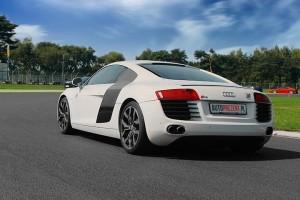 Białe Audi R8 na evencie tył
