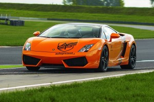 Pomarańczowe Lamborghini podczas eventu