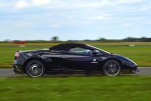 Czarne Lamborghini Gallardo na torze