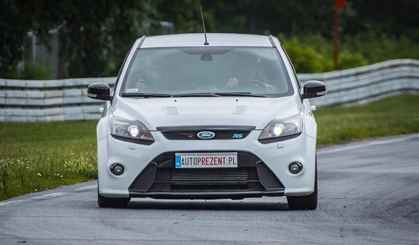 Biały Ford Focus RS przód samochodu