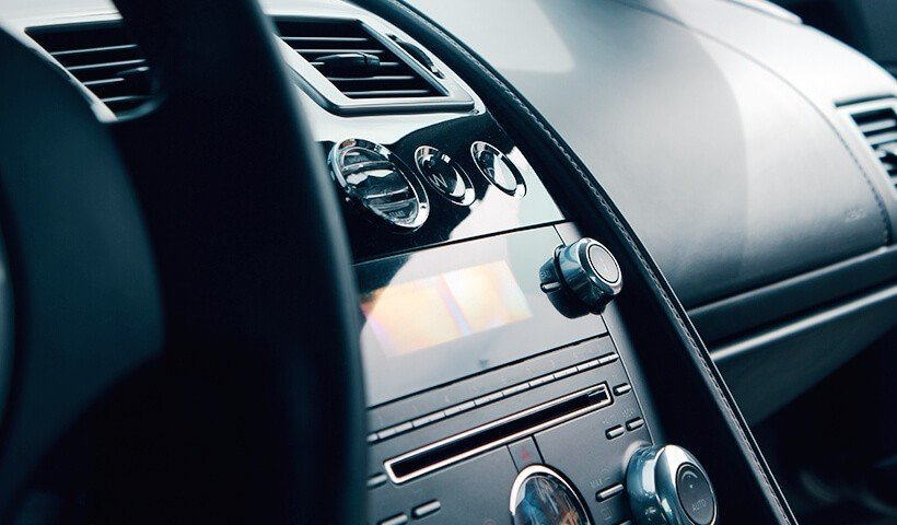 Aston Martin DB9 kokpit