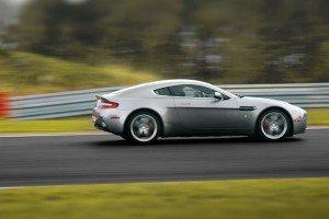 Aston Martin Vantage z bok