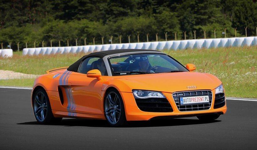Pomarańczowe Audi R8 na torze