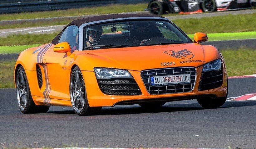 Pomarańczowe Audi R8 na torze przód