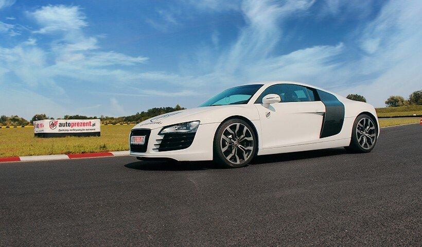 Audi R8 V8 na torze białe