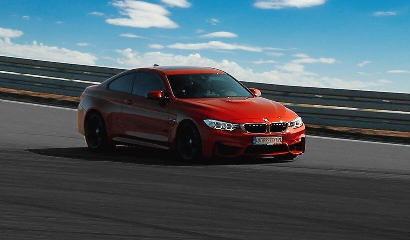 BMW M4 na torze wyścigowym