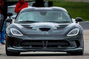 Viper GTS czarny na torze wyścigowym