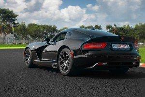 Viper GTS czarny na torze wyścigowym tył