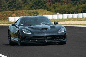 Viper GTS czarny na torze wyścigowym przód