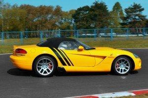 Dodge Viper SRT-10 żółty na torze z boku
