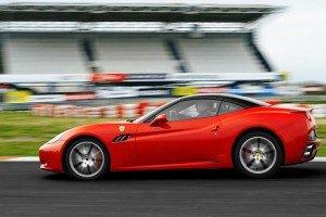 Ferrari California na torze wyścigowym