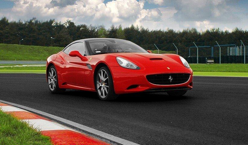 Ferrari California na torze wyścigowym przód