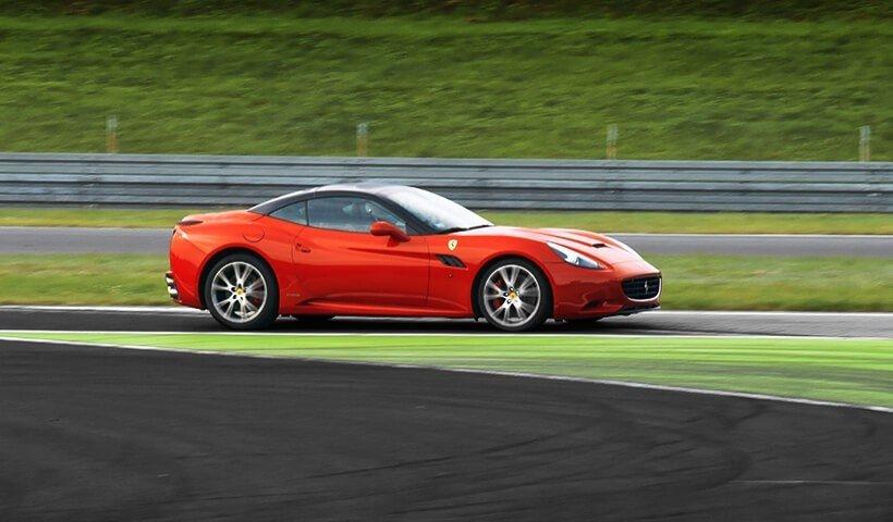 Ferrari California na torze wyścigowym bok