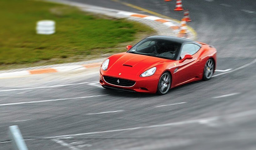 Przód samochodu Ferrari California