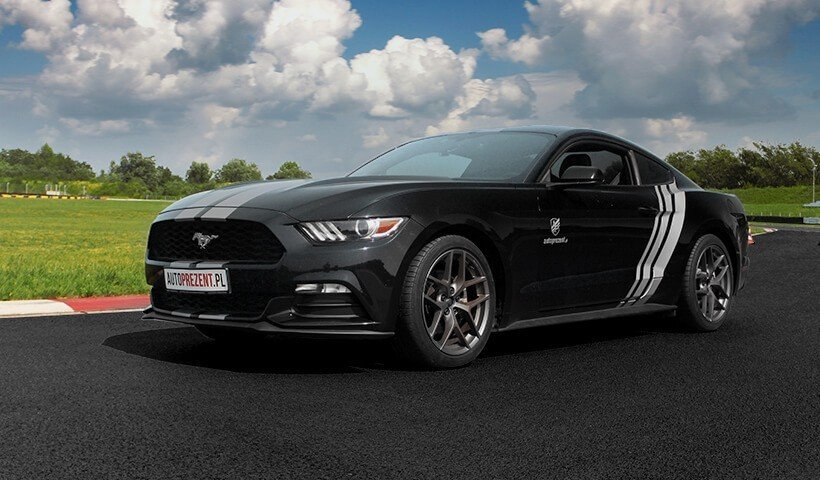 Ford Mustang na torze przód