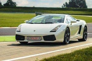 Białe Lamborghini Gallardo na torze