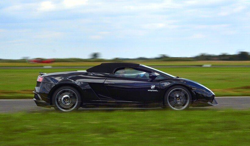 Czarne Lamborghini na torze wyścigowym