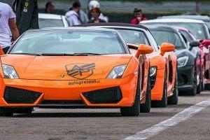 Sportowe samochody na evencie