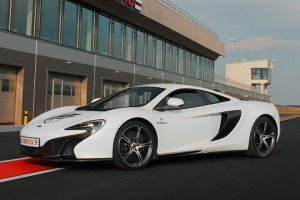 Biały McLaren 650s na torze Silesia Ring