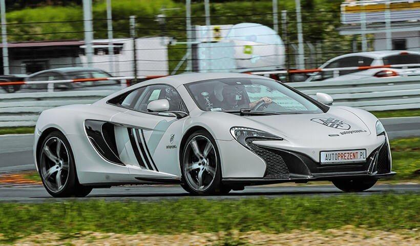 bok McLarena 650s na torze
