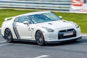 Nissan gtr jazda po torze wyścigowym