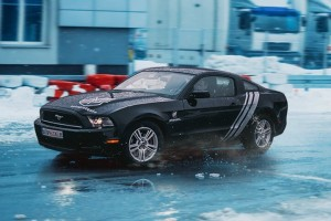 Ford Mustang na płycie poślizgowej