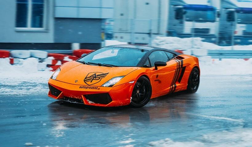 Lamborghini Gallardo na płycie poślizgowej
